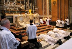 Bild: http://www.newliturgicalmovement.org/2013/06/ordination-at-fssp-rarish-in-rome-june.html#.V-T_tfmLRpg